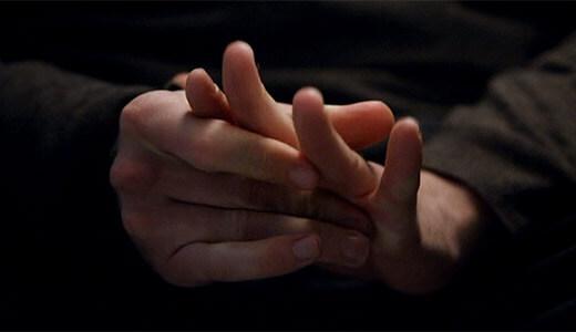 手をこすり合わせるしぐさ