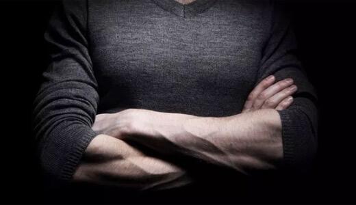 腕を組むしぐさにあらわれるシグナルから本音と心理を読み取る方法